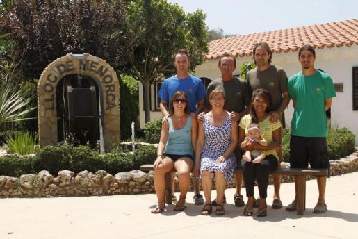 La familia Mir Martí lleva diez años al frente del centro zoológico. En la foto, de pié, Tomeu, Nel, Manel y Lluís. Delante, Maria, Carmen y Pam con su hija Alila