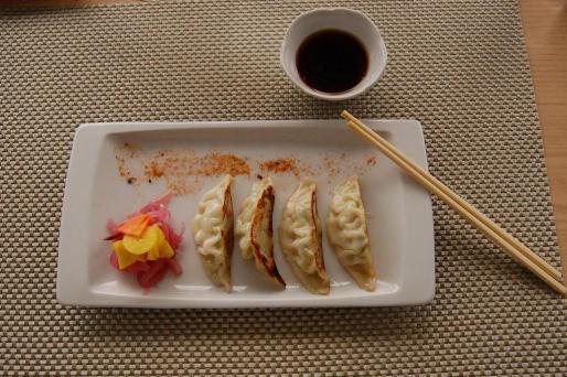 Comparte en este sushi bar rolls de fusión, sushi, sashimi, niguiri...o estas sabrosas empanadillas.