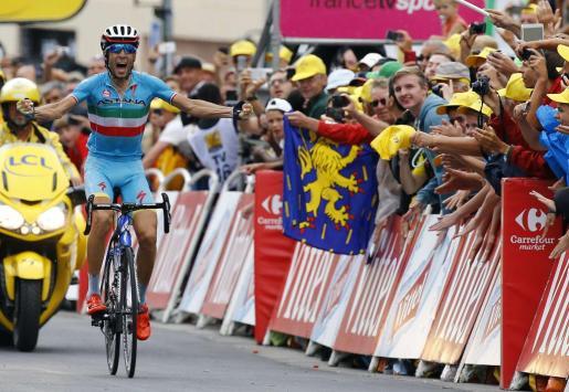 Vincenzo Nibali celebrando la consecución de su etapa como líder.
