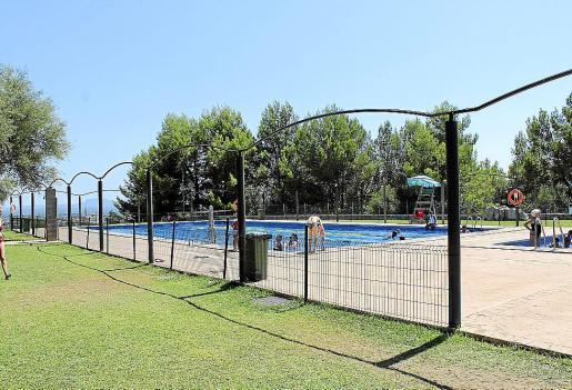 El Ajuntament instaló el viernes unas barreras para separar la piscina del bar.