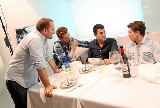 Marcos Cabotá prepara una escena con Esteban Piñeiro, Álex González y Adrián Lastra.