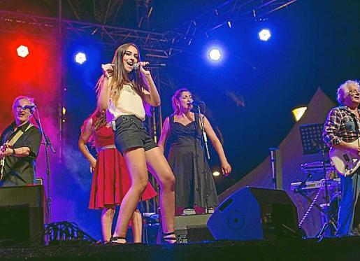 La joven cantante Lorena Ares, interpretando uno de su éxitos.