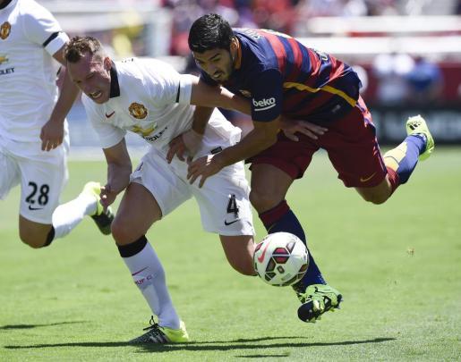 Luis Suárez lucha un balón con Phil Jones.