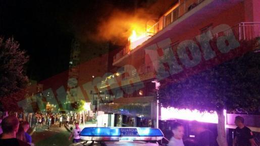 El fuego se ha originado en el terrcer piso de Punta Ballena, en Magaluf.