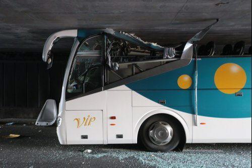 Foto cedida por la Delegación del Gobierno frances del autobús que transportaba cerca de sesenta estudiantes españoles de Bilbao a Amsterdam que se empotró esta madrugada en un túnel demasiado bajo.
