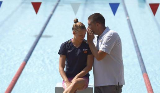 La nadadora española Mireia Belmonte junto a su entrenador su entrenador, Fred Vergnoux.