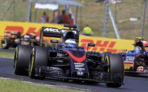 Fernando Alonso conduce su coche durante el Gran Premio de Hungría.