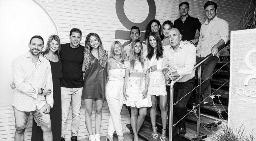 Un grupo de famosos que consiguió vivir una noche de amigos. Entre otros, David Bustamante, Paula Echevarría y Fernando Hierro.