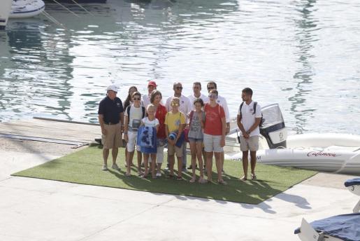 Cinco nietos de la reina Sofia posan junto a ella y a miembros de la organización de las clases de vela.
