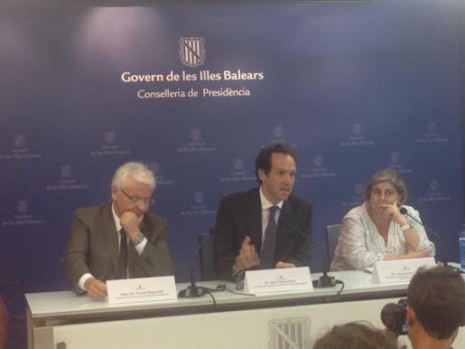 El conseller de Presidencia, Marc Pons; la consellera de Participación, Transparencia y Cultura, Esperanza Camps, y el conseller de Cultura de la Generalitat de Cataluña, Ferran Mascarell han informado en rueda de prensa de este acuerdo marco.