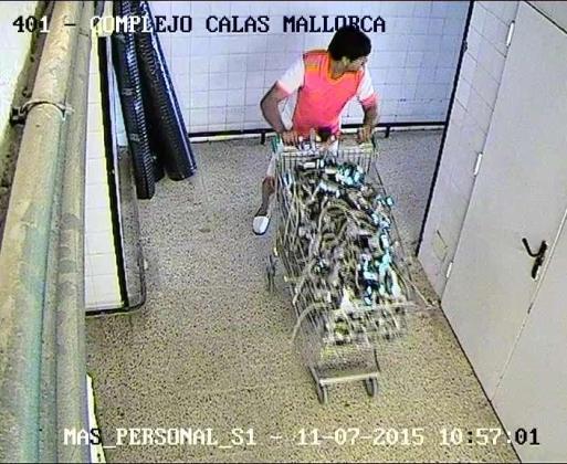 Captura de una de las cámaras de vigilancia mostrando a uno de los detenidos sustrayendo material del complejo hotelero.