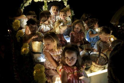 La Beateta Bruna Calafat presidiendo el Carro Triomfal con su corte de angelets.