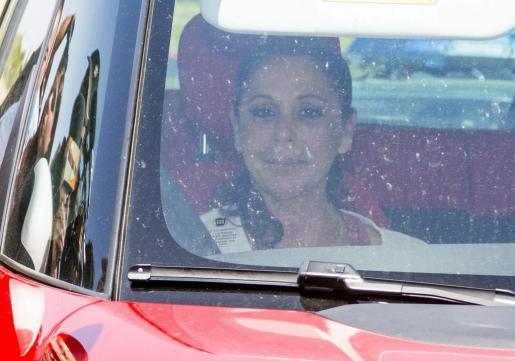 La cantante Isabel Pantoja dentro del coche de camino al Centro Penitenciario de Mujeres de Alcalá de Guadaira (Sevilla), en su regreso para seguir cumpliendo la condena de dos años por blanqueo de capitales, después de haber disfrutado de su primer permiso penitenciario de cuatro días