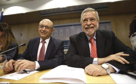 El ministro de Hacienda y Administraciones Públicas, Cristóbal Montoro (i) junto al secretario de Estado de Administraciones Públicas, Antonio Beteta, durante su asistencia al Consejo de Política Fiscal y Financiera (CPFF.