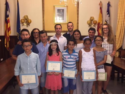 Los alumnos premiados junto a autoridades al alcalde y otras autoridades municipales.