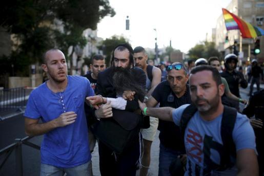 La policía detiene a un judío ultra ortodoxo identificado como Yishai Shlissel, presunto autor del ataque durante la Marcha del Orgullo Gay en Jerusalén,