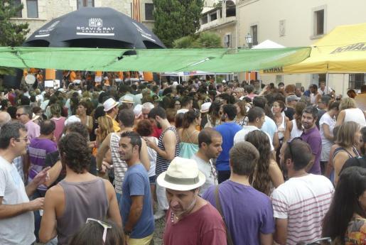 La Plaça de l'Ajuntament se ha llenado con el 'Vermut amb banda'.