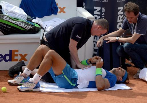 Rafael Nadal, atendido por los servicios de emergencias.