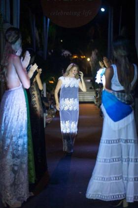 Imagen de Charo Ruiz, en el centro, aplaudida por el público y las modelos que participaron en el desfile celebrado esta semana en Atzaró.