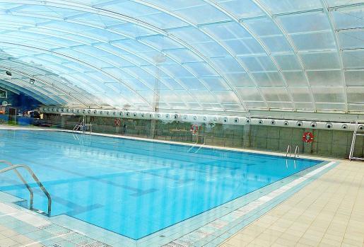 La piscina cubierta hace años, que está acabada y no se utilizaba en invierno.