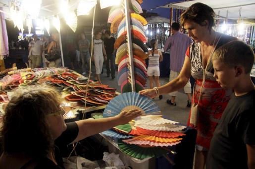 El mercado artesanal nocturno permanecerá abierto hasta el próximo domingo.