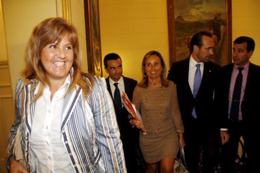 La exconsellera Joana Maria Camps, y al fondo Bauzá con Company, Cabrer y García, en el Parlament.