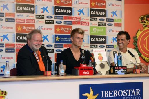 Utz Claassen y Miquel Àngel Nadal escoltan a Tobías Henneböle en la presentación del defensa alemán como nuevo jugador del Real Mallorca.