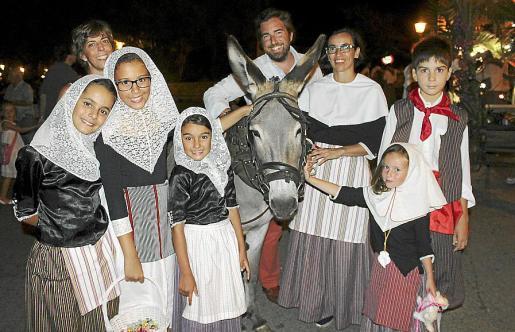 Pilita Dezcallar, Esther Ripoll, Carla Quesada, Carolina Marugán, Alicia Ripoll y Antonio Bauzá. Detrás: Cristina y Juan Dezcallar.