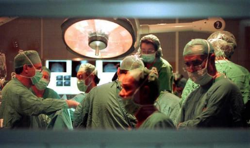 Un grupo de cirujanos realiza una operación.