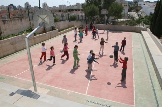 Alumnos del colegio, jugando a la hora del patio.