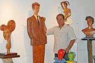 El escultor junto a algunas de sus obras en Can Tixedó.
