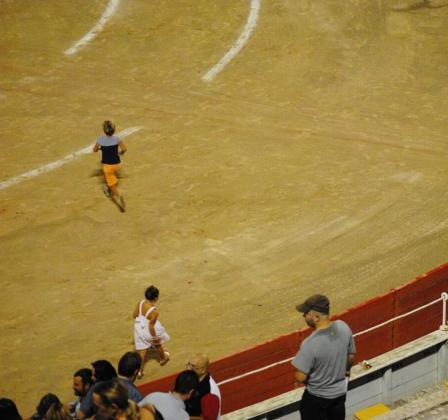 Imagen difundida por la plataforma en la que se aprecian algunos niños presentes en la corrida del jueves por la noche en Ciutat.