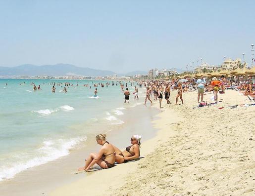 Miles de turistas y residentes visitan en verano la kilométrica Platja de Palma.