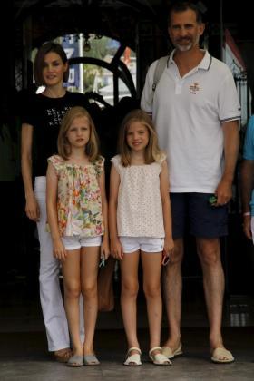 Los Reyes, junto a sus hijas, a la entrada del Reial CLub Nàutic de Palma.