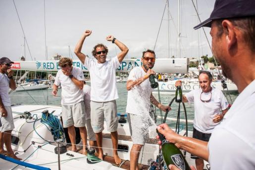La tripulación del 'Red Eléctrica' celebra su victoria en la Copa del Rey.