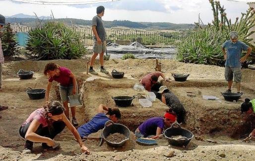 El grupo de arqueólogos que trabajo de manera voluntaria en la fosa de Sant Joan.