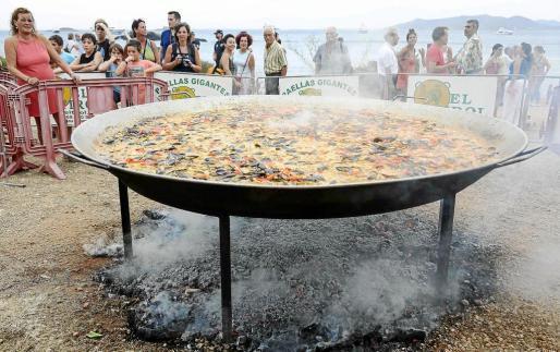 Impresionante fue el tamaño de la paella prevista para 800 comensales y que se cocinó con 80 kilos de arroz.