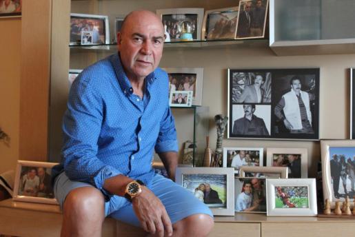 Juan Mesa, más conocido como Labi, junto algunas de las fotografías y recuerdos que tiene en su casa de Eivissa. Foto: M.F.