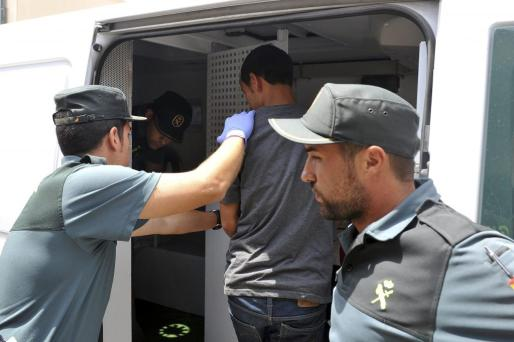 Imagen de archivo del momento en el que los inmigrantes fueron trasladados a las dependencias policiales.
