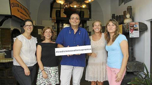 Caterina Gelabert, Iolanda Pericás, el propietario del Celler, Llorenç Mayol; América Matas y María Coloma Mayrata.