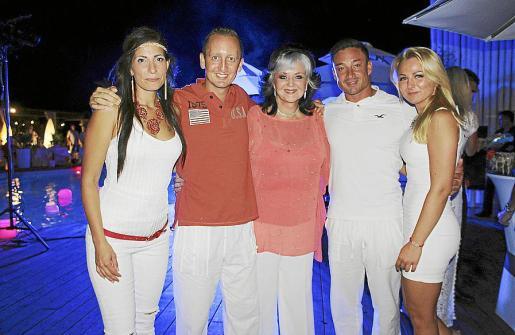 Beatriz Miles, Ben Miles, Margareth Whittaker, Dominic Miles y Eva González.