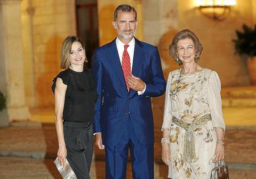 Doña Letizia, Felipe VI y doña Sofía, a su llegada al Palau de l'Almudaina.