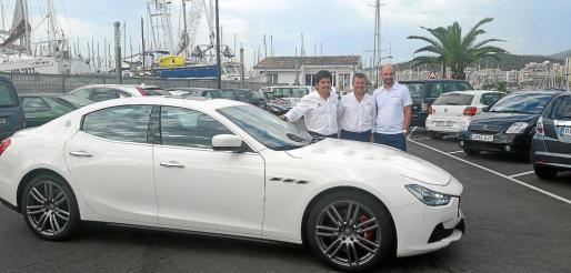 Enrique Lorenzana, Andrés Vidal y Guido Giovanelli, junto a una de las unidades de la gama Maserati en el Club Náutico de Palma.