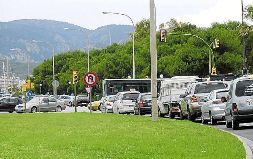 La red de carreteras existentes en Balears se encuentra saturada por la avalancha de vehículos, especialmente los accesos a las zonas urbanas y de playas.