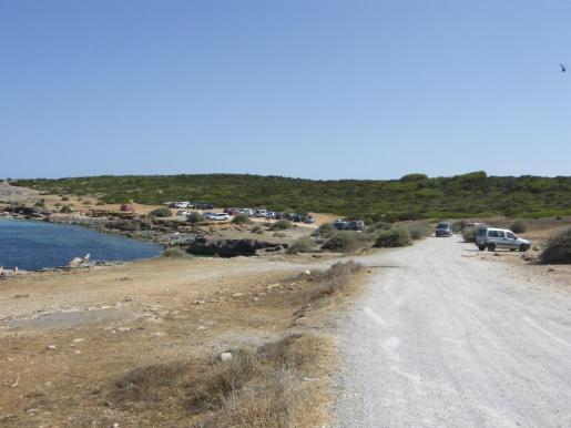 En la playa natural de s'Algar, los vehículos ocupan parte del área protegida sobre la cala.