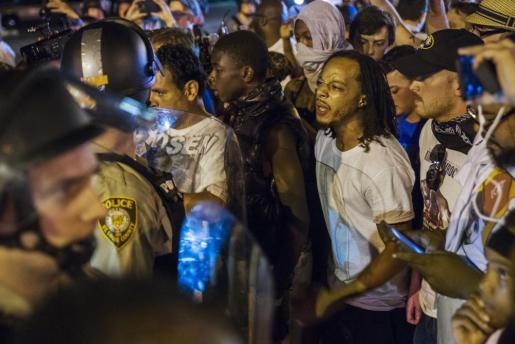 La policía vigila a un grupo de manifestantes.