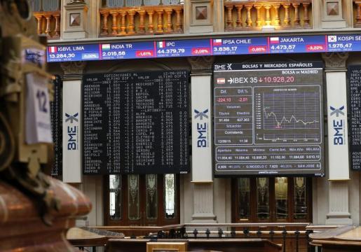 Indicadores en el parqué madrileño en una jornada en la que el principal índice de la Bolsa española, el IBEX 35, cedía a mediodía 215,8 puntos, el 1,94 por ciento, perjudicado por la incidencia negativa en los mercados internacionales de la nueva devaluación del yuan, según datos del mercado y expertos consultados.