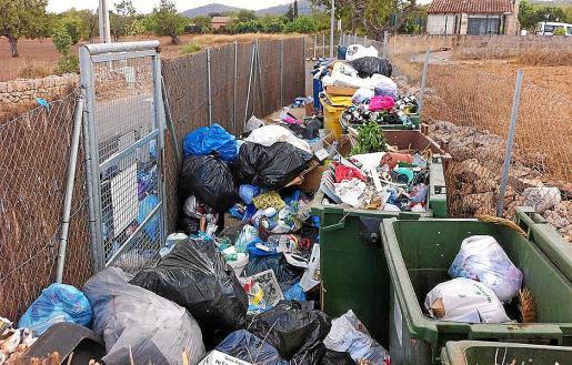 Interior de una de las áreas de aportación de basura repartidas por 'foravila' de Algaida.