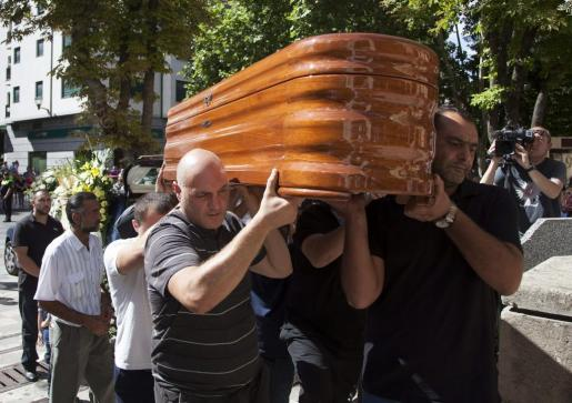 El féretro con los restos mortales de Marina Okarynska, a su llegada al funeral celebrado en la iglesia de San Esteban de la ciudad.
