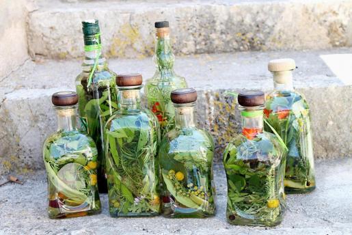 Unas botellas de esta típica bebida mallorquina, las hierbas.